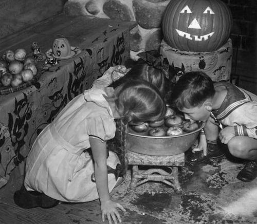 8693f2f4ed05536767482e998e5d6870-apple-bobbing-vintage-halloween-photos